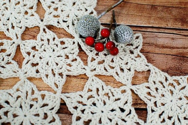Free Pattern Beautiful Diy Crochet Snowflake Table Runner For